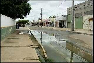 Esgoto estourado causa transtornos aos moradores do bairro João de Deus - A água suja empoçada dificulta a entrada dos pacientes da unidade de saúde