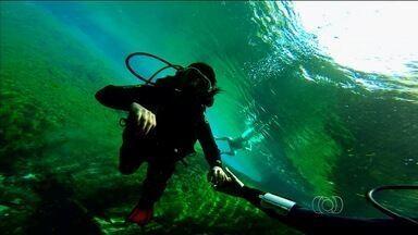"""Vila Propício oferece mergulho recreativos e belezas naturais - A última reportagem da série """"Um Mergulho No Cerrado"""" mostra as belezas da Vila Propício, que fica a 185 quilômetros de Goiânia. No local é possível praticar o mergulho recreativo, a primeira etapa para quem quer se aventurar por grandes profundidades."""