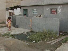 Esgoto estourado põe em risco a saúde de moradores no Bairro João Mota, em Caruaru - Caso ocorre na Rua Jackson do Pandeiro há pelo menos 15 dias.