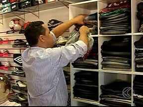 Lojas de bairros apostam em horário prolongado em Uberlândia - Empresários aproveitam que comércio da área central fecha mais cedo. Alternativa movimenta economia, segundo empresário.