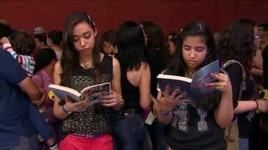 Multidão de jovens lota Bienal do Livro de São Paulo neste sábado (23) - Mesmo com o dia ensolarado, os jovens lotaram o Anhembi para ver de perto os escritores na Bienal. O autor Ziraldo também esteve no evento.