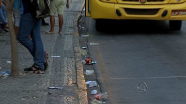 A 42 dias do primeiro turno, eleições enchem ruas da capital com sujeira - Faltam 42 dias para o primeiro turno das eleições e as ruas da capital já estão se sujando com panfletos e material de campanha.