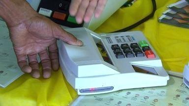 Eleitor pode treinar sistema de identificação biométrica nas urnas eletrônicas no DF - O TRE vai instalar urnas eletrônicas em pontos movimentados do Distrito Federal para que o eleitor possa treinar e tirar dúvidas. Com a identificação biométrica nas eleições de outubro, o tempo de votação deve demorar um pouco mais.