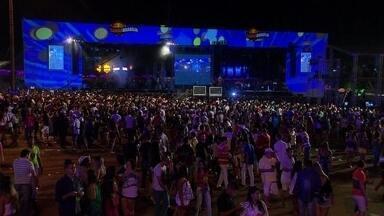 Festival de samba reúne 50 mil pessoas no estacionamento do estádio Mané Garrincha - Mais de 50 mil pessoas se reuniram no estacionamento do Estádio Mané Garrincha para curtir o festival Samba Brasília. Vários artistas famosos passaram pelos palcos, como o cantor Belo.