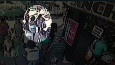 Veja no JH: polícia do Rio está à procura de mulher que roubou bebê dos braços da mãe - Atendentes de telemarketing e consumidores reclamam da falta de educação mútua nas ligações. Menina que fazia aula de tiro mata instrutor acidentalmente nos EUA. Ibope divulga mais uma pesquisa de intenção de voto para presidência da República.