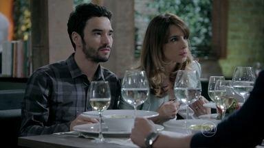 Maria Clara defende o pai em jantar com José Pedro - A filha do Comendador não aprova a noiva do irmão falando que a vez dele, no comando da empresa, vai chegar. Enrico também não gosta como o irmão da noiva fala do seu pai, Cláudio