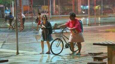 Mudança no tempo faz recifenses tirarem casacos do armário - Mês dos ventos, agosto está sendo marcado por muita chuva e frio.