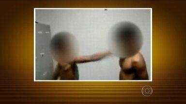 PM de Manaus investiga vídeo em que jovens são forçados a se agredir - Depois da agressão, os dois são obrigados a se beijarem. A suspeita é que a gravação tenha sido feita por policiais. O comando da PM querem saber quem estava de plantão no dia do vídeo.