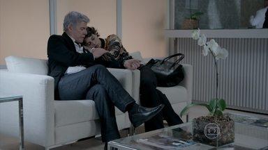 Beatriz cai no sono esperando Leonardo acordar - Cláudio pede que ela vá embora para casa. Érika pede para Téo não se vingar de Cláudio