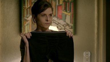 Cora inventa história absurda para justificar flagra com cueca de Robertão - Cristina ouve uma desculpa esfarrapada após ver a tia com a peça íntima