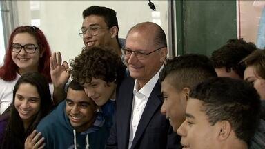 Geraldo Alckmin faz campanha no litoral de São Paulo - Pela manhã ele vistou uma escola estadual de ensino médico. Ele falou sobre as propostas para as escolas de ensino técnico.