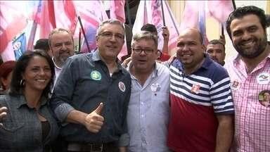 Alexandre Padilha caminha pelo centro de Jundiaí - O candidato do PT entrou em lojas, distribuiu panfletos e conversou com eleitores.