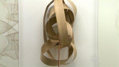 """Trabalhos inéditos do artista plástico Angelo Venosa estão em exposição na Gávea - A mostra """"Membrana"""" traz peças inéditas de Angelo Venosa, produzidos ao longo deste ano. O artista é um dos que mais se destacaram na década de 1980. Trabalhos com lâminas de bambu se destacam entre as obras."""