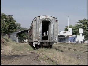 Vagões abandonados intimidam quem mora nas proximidades - Cerca de 16 km de linha férrea cortam a cidade.
