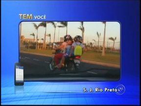 Motociclista é flagrada transportando duas crianças em uma moto em Rio Preto - Um motociclista foi pega em flagrante nesta manhã de sexta-feira (5) cometendo um ato de irresponsabilidade no trânsito em São José do Rio Preto (SP). A mulher foi flagrada transportando duas crianças em uma moto.