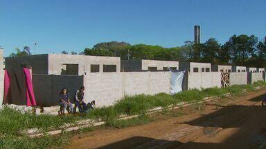 Cerca de 100 famílias invadem casas de conjunto habitacional em Aguaí - Cerca de 100 famílias invadem casas de conjunto habitacional em Aguaí