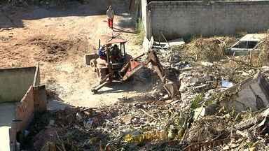 Após quase três anos de queda de prédio, PBH inicia retirada de escombros em lote - Dois prédios desabaram no bairro Caiçara, na Região Noroeste da capital.