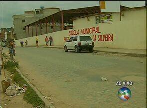 Moradores reivindicam lombada em frente a escola no Bairro São João da Escócia - Alta velocidade dos veículos que passam pelo local compromete a segurança dos alunos.