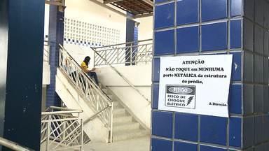 Alunos sofrem choques até nas paredes de escola na Paraíba - Local tem avisos por toda parte para que estudantes não toquem em grades ou paredes.