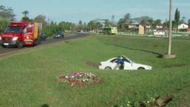 A motorista de um carro e três crianças tiveram ferimentos leves depois de um acidente - Foi no trevo de acesso à Argentina.