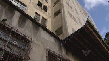 Buraco em janela teria facilitado fuga de preso do 1º DP de Santos, SP - Um buraco em uma janela do 1º DP de Santos teria facilitado a fuga de um preso no mês passado. E o absurdo é que o buraco ainda esta lá.