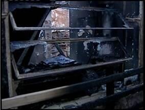 Incêndio destrói interior de uma casa em Governador Valadares - Menor de 16 anos e uma idosa estavam na casa na hora do incêndio, mas conseguiram sair.