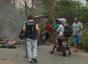Manifestantes interditam a PE-103 entre Bonito e Barra de Guabiraba - Eles pediram melhores condições para a estrada.