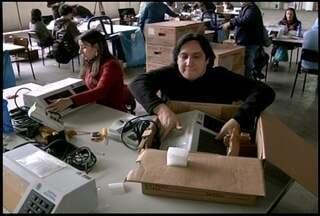 Técnicos já estão preparando as urnas eletrônicas para as eleições em Friburgo, RJ - Faltam 30 dias para as eleições.