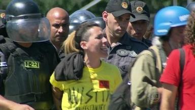 Manifestantes são levados para delegacia após protesto - Um protesto após o desfile militar na Presidente Vargas terminou em confusão entre policiais do batalhão de choque e manifestantes no último domingo (7).