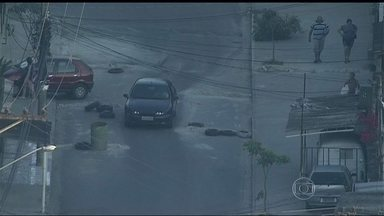 Barricadas continuam prejudicando tráfego de motoristas e pedestres em Guadalupe - A polícia retirou algumas barricadas, mas outras continuaram ou foram recolocadas. Os carros que passam pelas ruas da comunidade continuam sinalizando outros motoristas com o pisca-alerta.