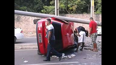 Três acidentes são registrados na Jerônimo de Albuquerque - Os dois últimos envolveram um Golf e um ônibus, neste domingo. Na madrugada do sábado, um carro caiu no mesmo local.