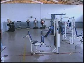 Academia municipal de Tupã é gratuita e aberta à população - Falta de dinheiro não é desculpa para os moradores de Tupã deixarem de se exercitar. A academia municipal é de graça e aberta a toda a comunidade. Além dos aparelhos de musculação, são oferecidas aulas de judô e outras artes marciais.