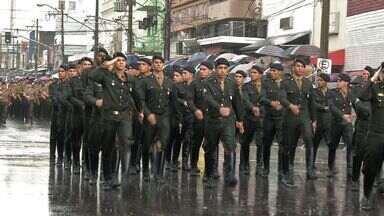 Desfile cívico comemora os 192 anos de independência do Brasil - Nem a chuva atrapalhou o plano de 10 mil pessoas que acompanharam as apresentações de escolas, entidades e das forças armadas