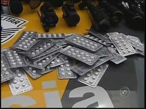 Homem de 61 anos é preso com centenas de frascos de anabolizantes - Um homem de 61 anos foi preso neste domingo (7) na rodovia Assis Chateaubriand, em Penápolis (SP), com centenas de comprimidos e frascos de anabolizantes que têm venda proibida no Brasil.