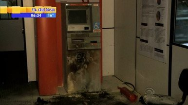 Posto bancário e caixa eletrônico sofrem assalto em Pelotas, RS - Bandidos entraram no prédio pelo buraco do ar condicionado.
