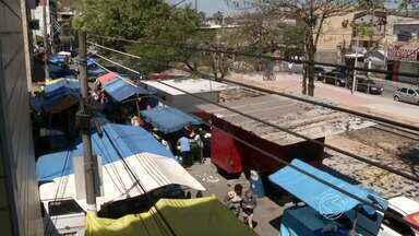 Feira livre provoca caos no trânsito do bairro Vila Nova, em Barra Mansa, RJ - Ela acontece tradicionalmente todo domingo e tem gerado muitas reclamações, principalmente com a desorganização.