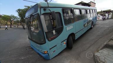 Ao tentar fazer curva, ônibus fica 'agarrado' em BH - Incidente foi em cruzamento da Avenida Américo Vespúcio.