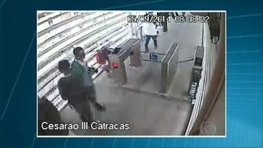 Câmeras registram cenas de depredação na estação Cesarão III do BRT - Câmeras de segurança flagraram pessoas passando por baixo e quebrando as catracas da estação, que fica perto do complexo do Chapadão, na zona oeste. A polícia suspeita que traficantes estejam envolvidos. A estação está fechada por segurança.