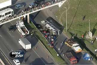 Ônibus cai de viaduto na BR-324, em Salvador - Acidente foi durante a madrugada; veja nas imagens do Redecop.