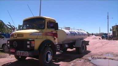 Caminhões-pipa não estão dando conta da falta de água no Piauí - No sertão do Piauí, a seca é tão dramática que os caminhões-pipa não estão dando conta da falta de água. A Defesa Civil Estadual distribui água todos os dias. São cinco caminhões de 7 mil litros. Mas são insuficientes.