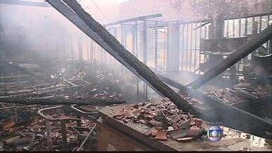 Escola de Petrolina reabre as portas nove dias após incêndio - Biblioteca da escola Adelina Almeida foi destruída pelo fogo.