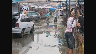 Lama e lixo prejudicam comércio na Feira da Sulanca, em Caruaru - Problemas são resultado da chuva que atingiu o Agreste.