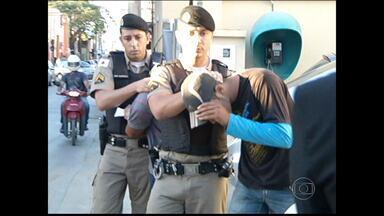 Disputa pelo tráfico pode ter causado morte de jovem em Montes Claros - Segundo testemunhas, vítima morreu a tiros, quando estava sentado na porta de casa.