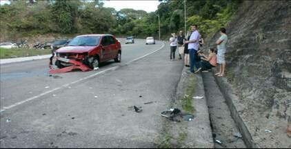 Acidente na Avenida Dom Pedro II deixa mulher ferida, em João Pessoa - A motorista estaria perseguindo outro veículo quando perdeu o controle e bateu em um muro.