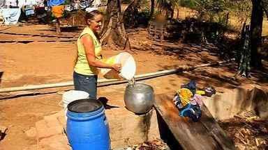 Moradores do interior cearense recorrem a operação carro-pipa para ter água para consumo - Nível dos reservatórios do Ceará está perto de 20% da capacidade.