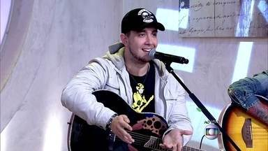 Vocalista da banda Malta leva cantada ao vivo e conta que está solteiro - Convidada da plateia confessa que foi traída e diz que quer ficaria com o cantor