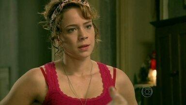 Cristina se recusa a ir à festa da empresa de Zé Alfredo - Cora tenta convencer a sobrinha depois de ler notícia sobre o evento no jornal