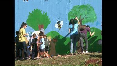 Alunos dão cara nova ao muro de uma escola em Londrina - Uma parceria entre duas escolas, uma pública e uma particular, resultou na pintura do muro da Escola Municipal José Gasparini, na zona Norte da cidade. Mas o resultado foi muito mais do que uma lição de cidadania.