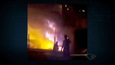Ônibus do sistema transcol pega fogo em Cariacica, no ES - Segundo o corpo de bombeiros, uma pane elétrica provocou o incêndio. Imagens registradas mostram bombeiros controlando as chamas.