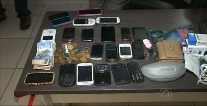 Bandidos fogem da polícia, mas largam bolsa com produtos roubados em João Pessoa - Além de uma moto roubada, eles também estavam com mais de 20 celulares das vítimas e também dinheiro.